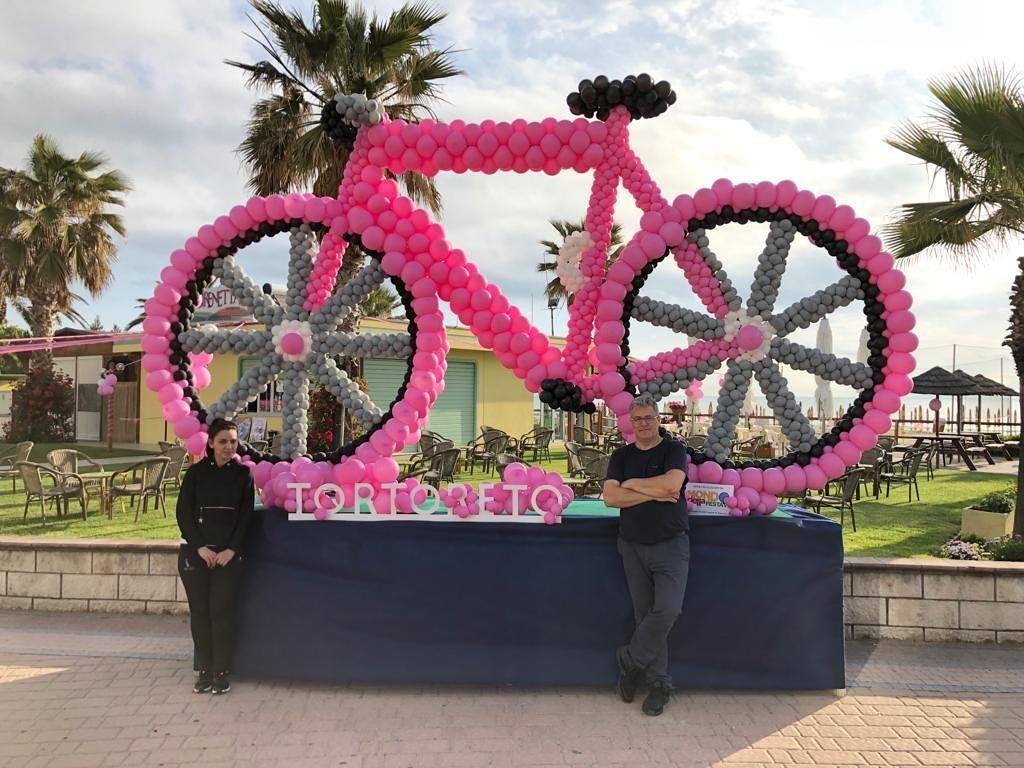 Una grande bicicletta rosa ha sorpreso tutta la cittadinanza ed i tanti appassionati pervenuti a Tortoreto per l'ottava Tappa del Giro d'Italia