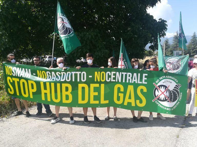 Sulmona, sit-in degli ambientalisti durante il sopralluogo della Snam FOTO VIDEO
