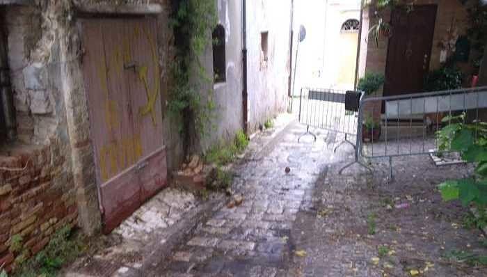 Giulianova, tombini otturati e puzza di fogna alla 'Rocca' FOTO