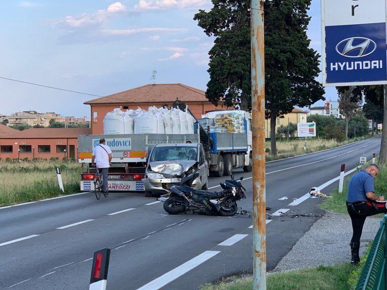 Alba Adriatica, scooter contro auto sulla Statale: giovane in gravi condizioni FOTO