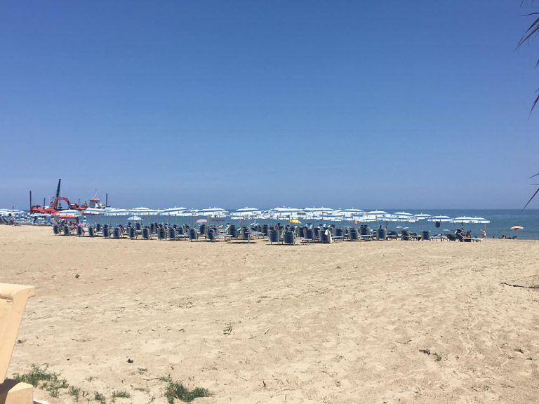 Alba Adriatica, ombrelloni dell'hotel nella spiaggia libera: proteste e controlli