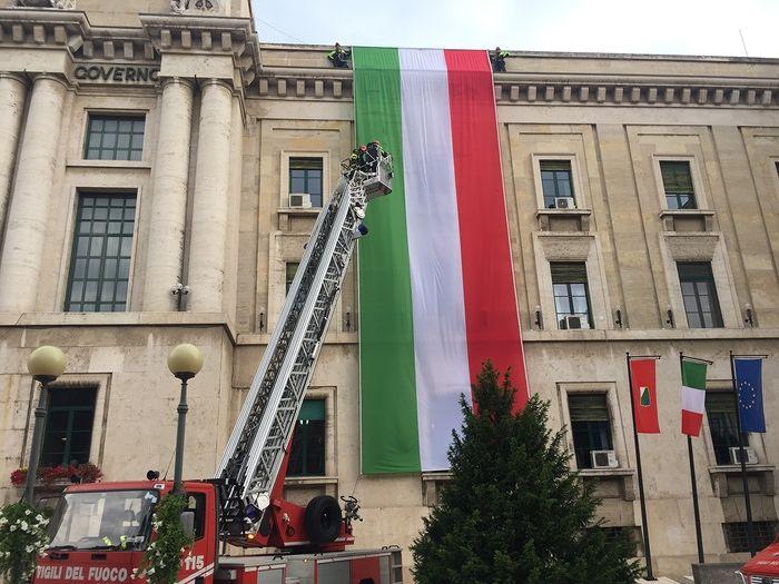 Pescara, festa della Repubblica: tricolore gigante sul Palazzo del Governo