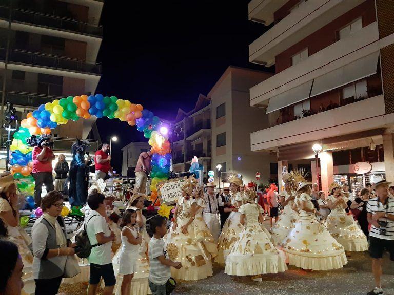 Pineto, un mare di colori per il (riuscitissimo) Carnevale estivo FOTO