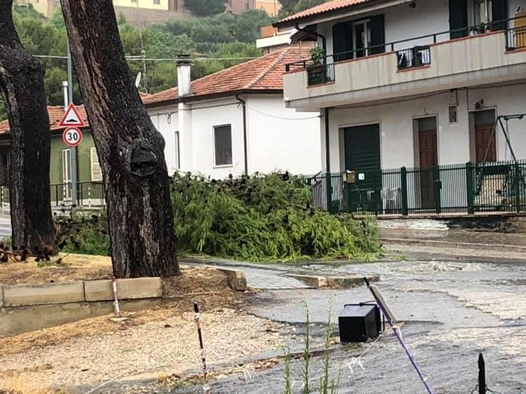 Maltempo a Giulianova: allagamenti, rami caduti e black out FOTO/VIDEO