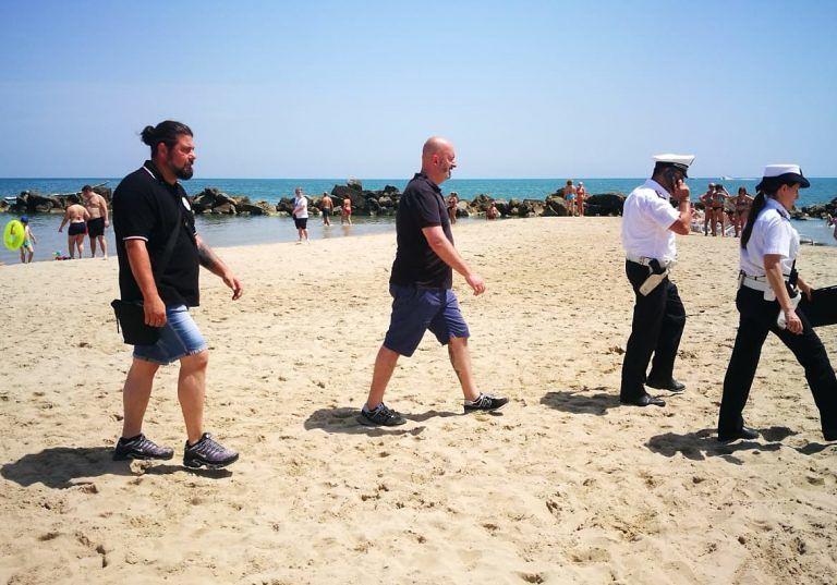 Montesilvano, controlli in spiaggia: ammoniti i clienti degli ambulanti della contraffazione