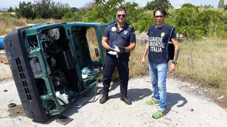 Giulianova, le Gadit scoprono auto rubata e taniche di olio esausto FOTO
