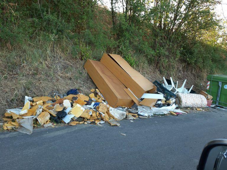 """Città Sant'Angelo, rifiuti abbandonati su tutto il territorio: """"Servono fototrappole"""""""