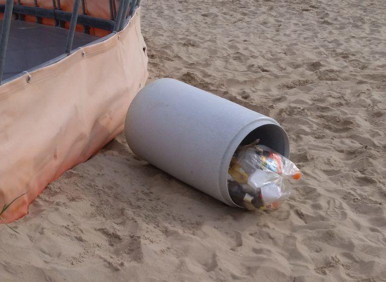 Tortoreto, spiaggia libera: secchi della differenziata usati per giocare FOTO