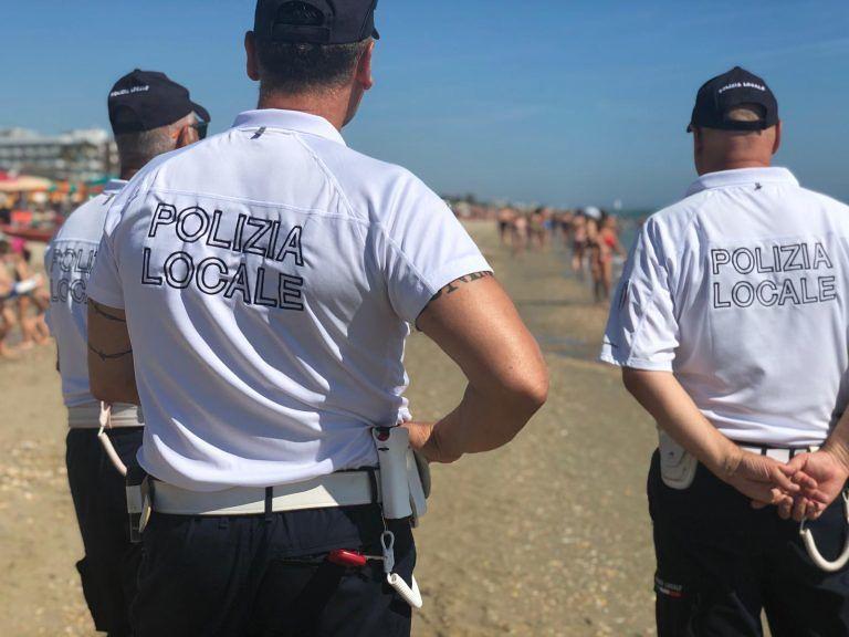Alba Adriatica, commercio abusivo. Fenomeno in calo. I dati del primo mese di Spiagge Sicure FOTO VIDEO