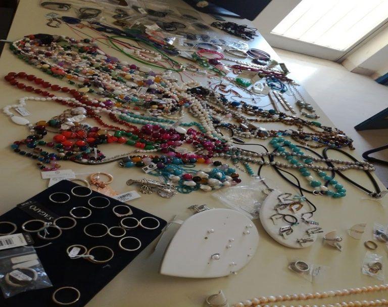 Pescara, il bottino del colpo in gioielleria ritrovato in un cassonetto