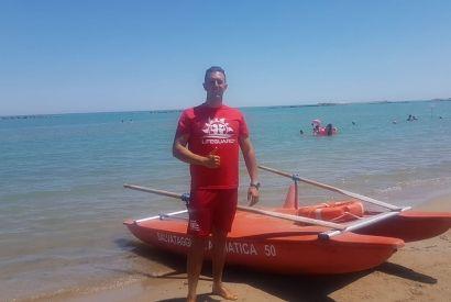 Pescara, crampi mentre fa il bagno: il bagnino lo salva