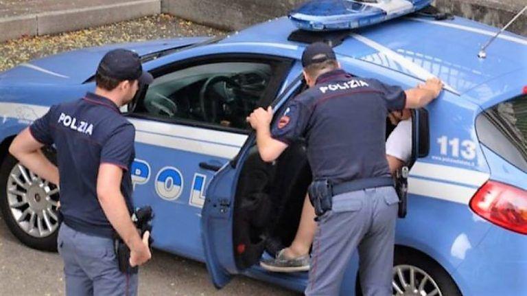 Pescara, tenta di derubare un uomo e sfonda l'auto della Volante a testate