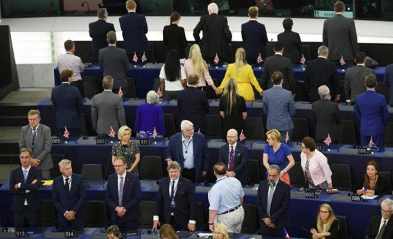 Prima seduta del nuovo Parlamento europeo, i deputati pro Brexit voltano le spalle all'inno