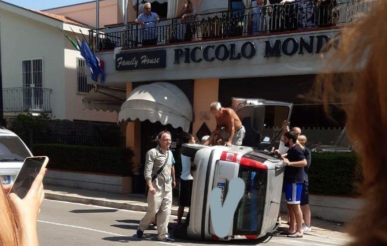 Montesilvano, scontro all'incrocio: si ribalta un'auto VIDEO-FOTO