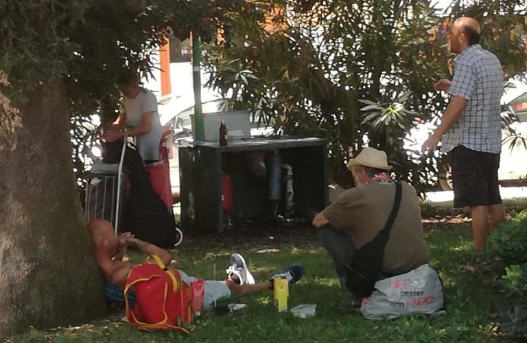 Pescara, piazza Primo Maggio nuovamente assediata dai clochard