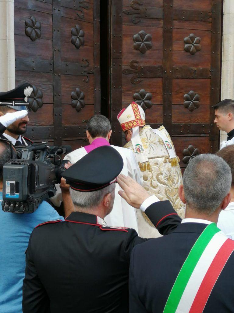 Atri, tanti fedeli per il rito dell'apertura della Porta Santa della Basilica FOTO