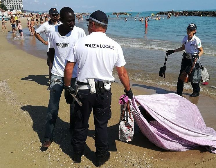 Montesilvano, blitz in spiaggia contro la contraffazione
