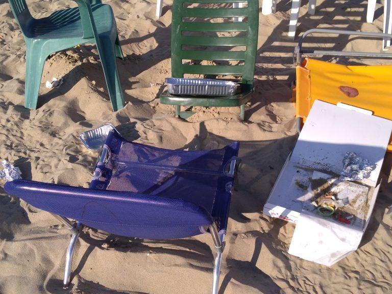 """Tortoreto, spiaggia libera """"occupata"""" dagli ombrelloni e rifiuti """"notturni"""" FOTO"""