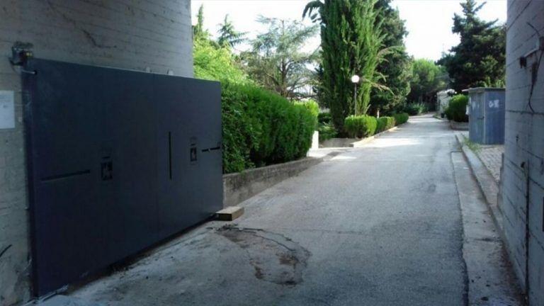 Giulianova, vigili e Protezione Civile all'ingresso del cimitero
