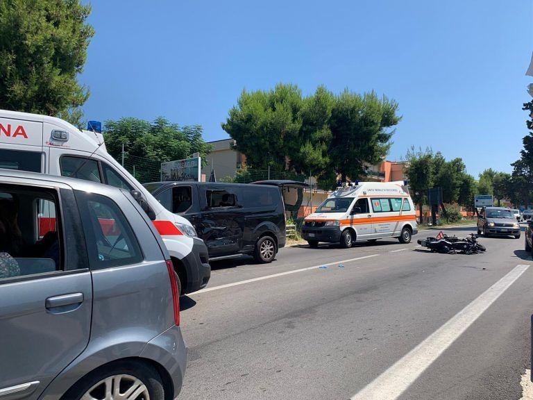Tortoreto, moto si scontra con un furgone sulla Statale  FOTO VIDEO