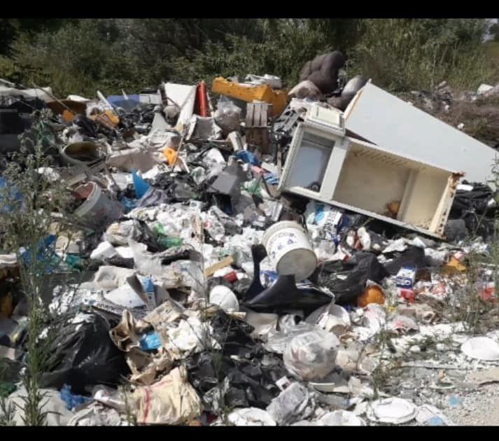 Giulianova, montagne di rifiuti sul lungofiume Tordino