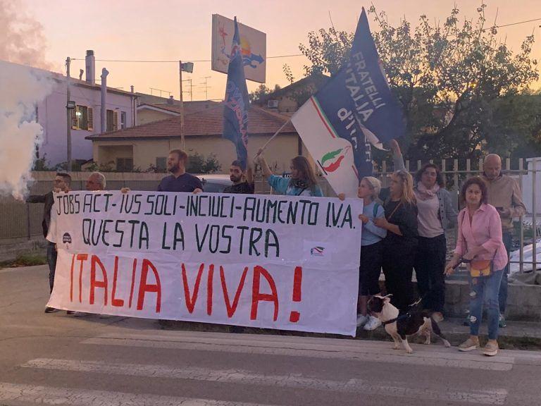 Roseto, la protesta di Fratelli d'Italia durante la visita di Rosato