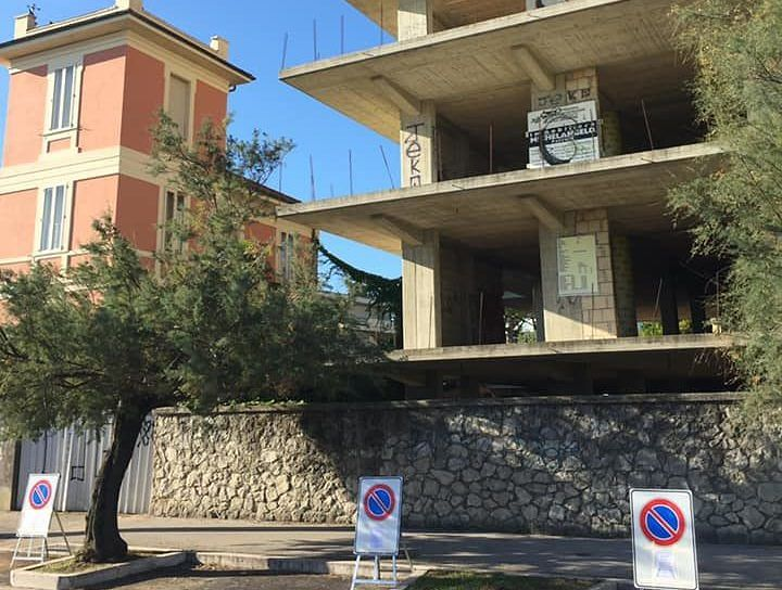 Pescara, demolizione ecomostro: senso unico sulla riviera nord