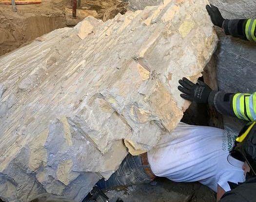 Pescara, cade un muro: travolto un operaio