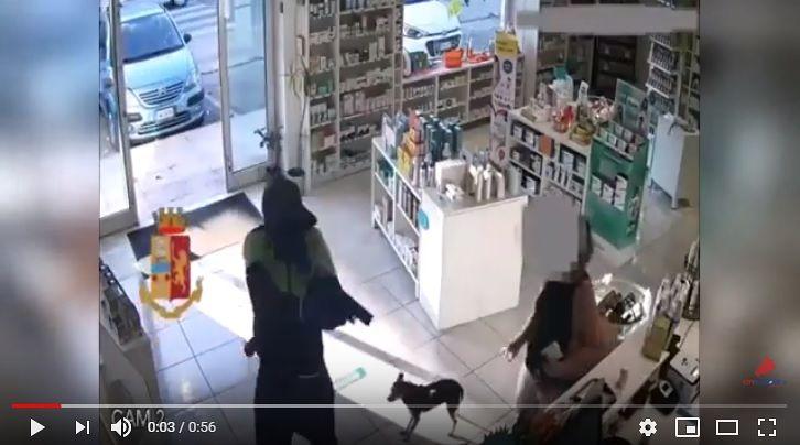 Pescara, rapina con pistola alla parafarmacia: incastrato dai tatuaggi VIDEO