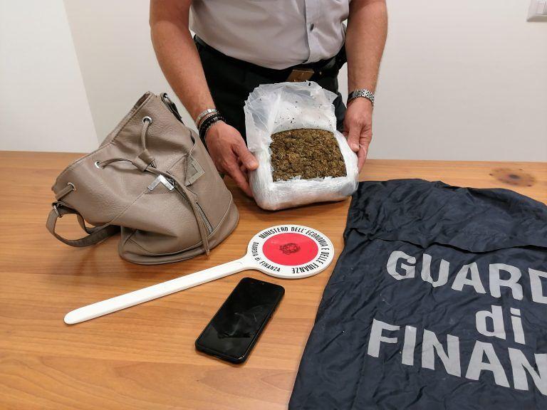 Pescara, alla stazione con 1 chilo di marijuana nella borsa VIDEO