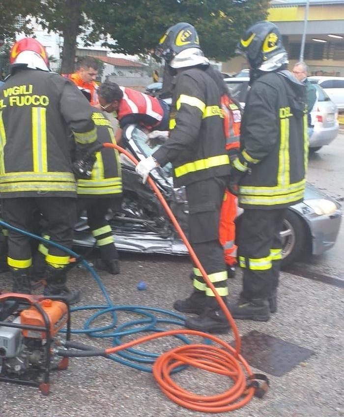 Giulianova, scontro tra due auto in via Galilei: donna ferita ricoverata a Teramo