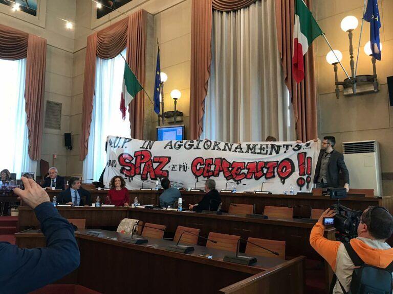 Pescara, Dup in Consiglio: in aula striscioni e proteste FOTO