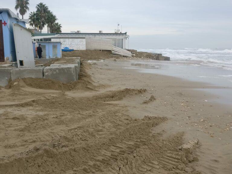 Alba Adriatica, paura di muove mareggiate: blocchi di cemento a protezione degli chalet FOTO VIDEO