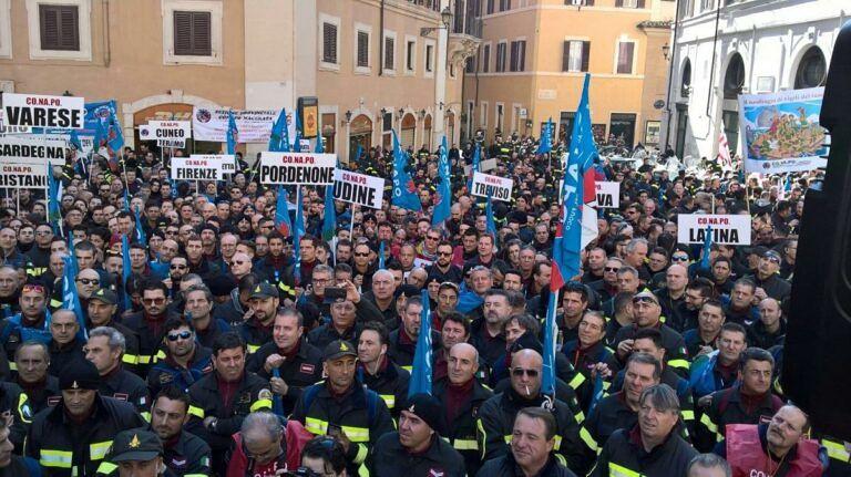 Protesta dei vigili del fuoco: anche quelli di Teramo manifestano a Roma