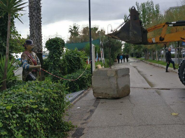 Alba Adriatica, blocchi di cemento davanti agli chalet per proteggersi dal mare FOTO
