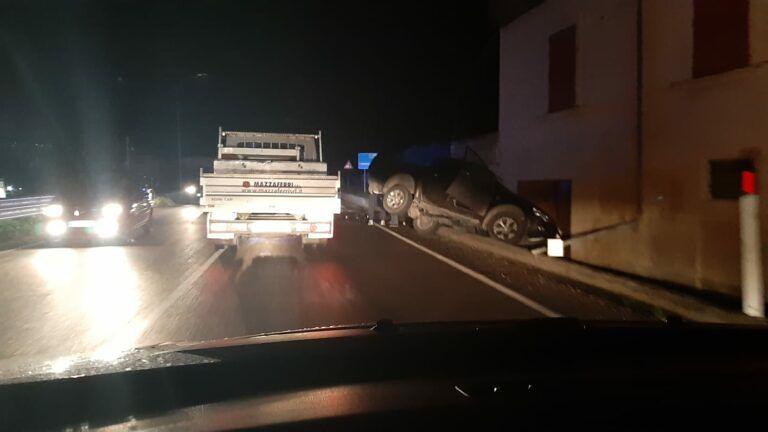 Penna Sant'Andrea, auto fuori strada sulla statale 150 FOTO