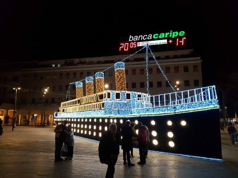 Pescara: acceso il Titanic in piazza Salotto per Natale, tra ironia e polemiche FOTO-VIDEO
