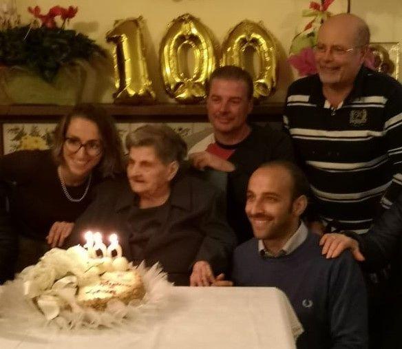 Grande festa a Garrufo per i 100 anni di nonna Lena