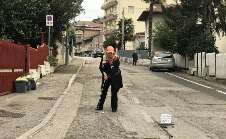 Pescara, buche stradali in via Prati: i consiglieri Pd giocano a golf