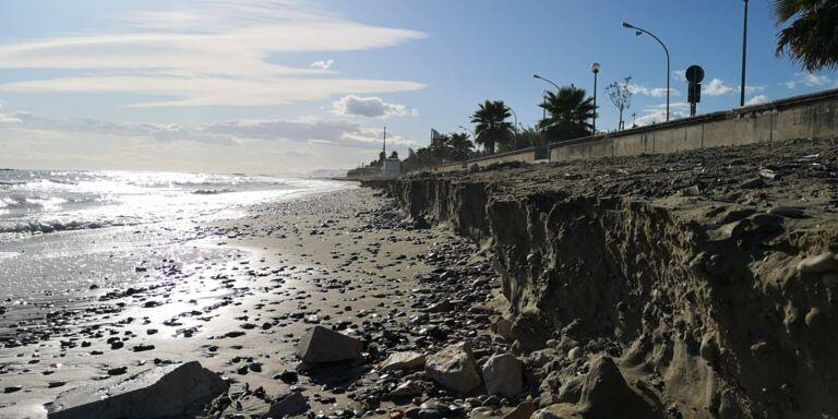Cologna, un accenno di mareggiata e via altri 5 metri di arenile FOTO