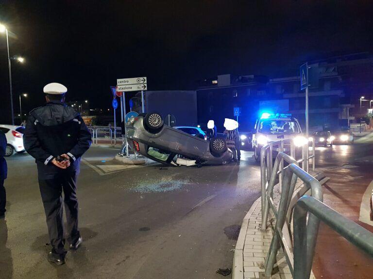 Pescara, auto si cappotta alla rotatoria: illesi gli occupanti FOTO VIDEO