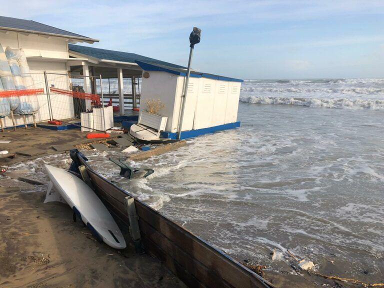 Alba Adriatica, divieto di accedere sulla spiaggia nord dopo la mareggiata: l'ordinanza