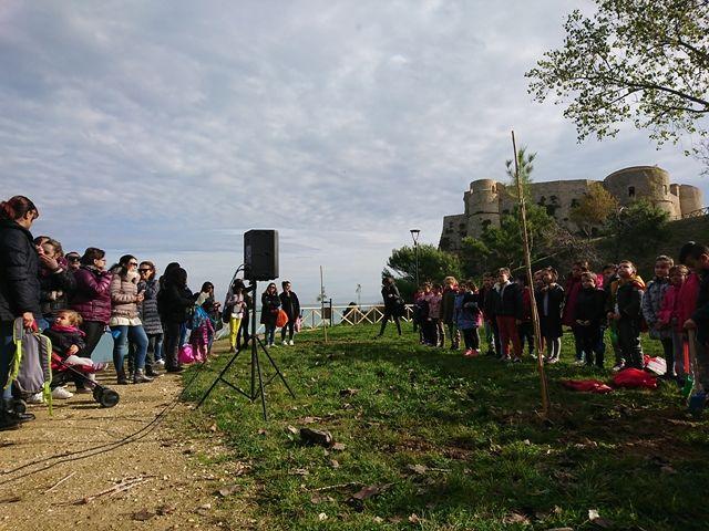 Le nuove piantumazioni al parco Ciavocco apre il programma di iniziative degli istituti comprensivi ortonesi per la festa dell'albero