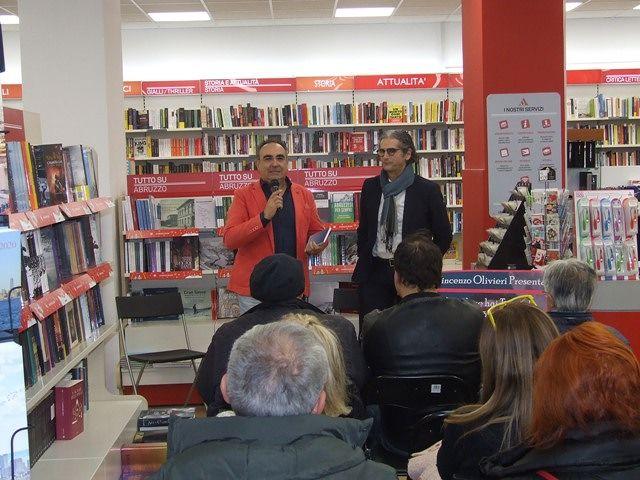 Pescara, 'Sorridi, se hai tempo': successo di pubblico per la presentazione del libro di Vincenzo Olivieri VIDEO