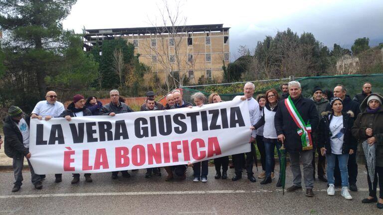 Magliette Bianche a Bolognano: flash mob per chiedere la bonifica dei siti inquinati VIDEO