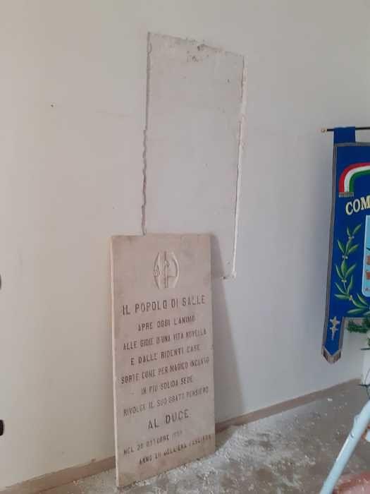 Salle, rimossa la lapide fascista all'ingresso del Comune