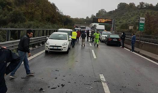 Pescara, scontro tra 2 camion e 7 auto: 6 feriti in autostrada