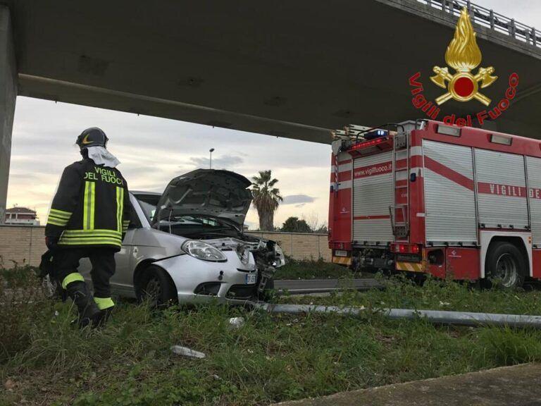 Pescara, si schianta contro un lampione lungo la rampa per il ponte Flaiano