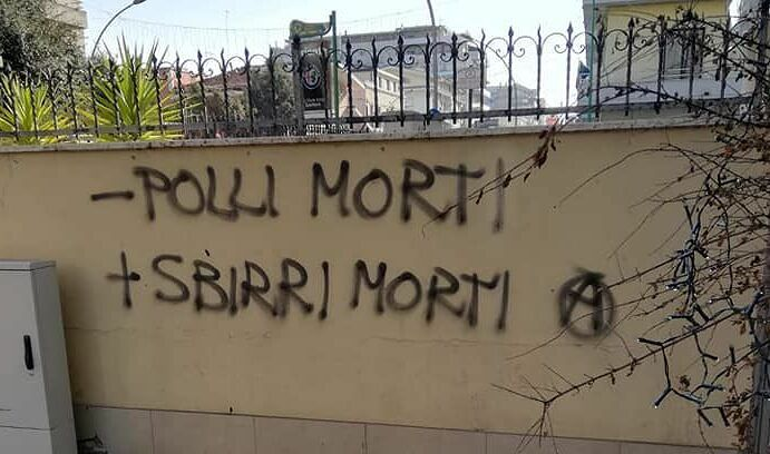 "Pescara, vandali in via Marconi: ""Più sbirri morti"" FOTO"