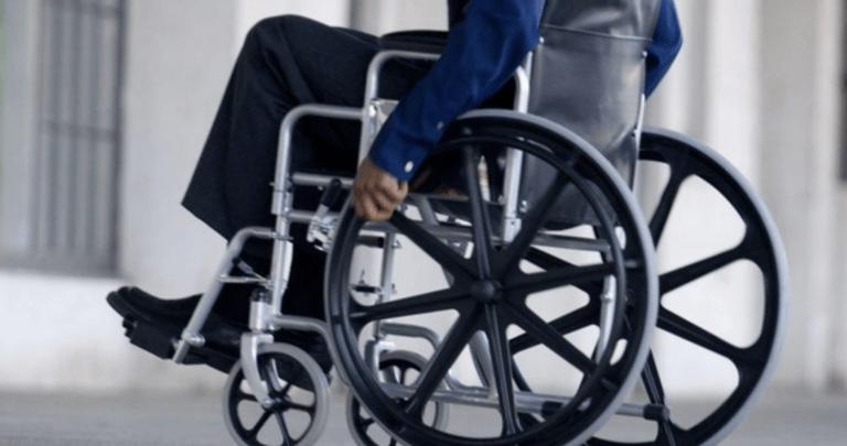 Pineto, chiede di liberare posto per disabili e viene picchiato con una catena: uomo arrestato